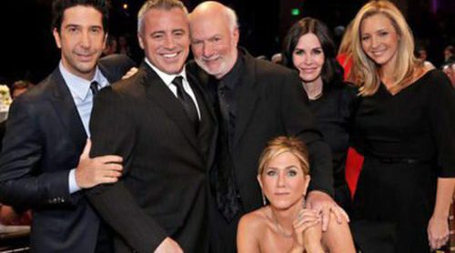 Jennifer Aniston se emociona en el tributo al director James Burrows junto a sus antiguos compañeros de 'Friends'