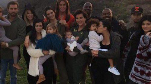 Las Kardashian-Jenner celebran una cena en homenaje por el que sería el 72 cumpleaños de Robert Kardashian