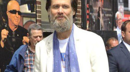 Jim Carrey reaparece con nueva imagen y acompañado por una mujer misteriosa en California