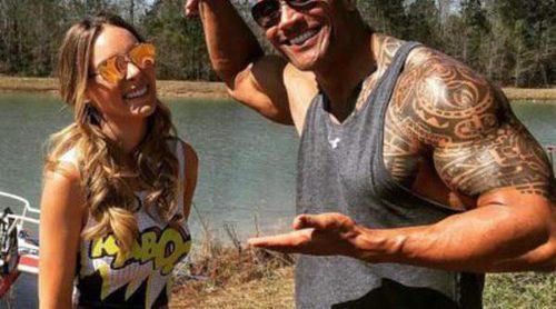 Dwayne Johnson da la bienvenida a Belinda en el rodaje de 'Los vigilantes de la playa'