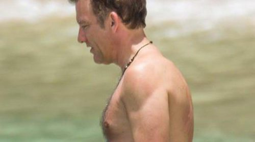 Clive Owen disfruta de unas vacaciones familiares en bañador bajo el sol de Barbados
