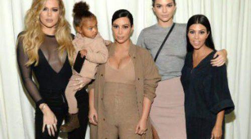 Pared con pared: Kourtney y Khloé Kardashian abren las puertas de sus lujosas mansiones californianas valoradas en 7 millones de dólares