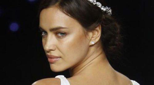 Irina Shayk deslumbra vestida de novia en la Barcelona Bridal Fashion Week ante la mirada de Amaia Salamanca y Malena Costa