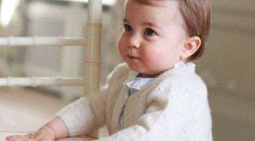 Kate Middleton fotografía a su hija, la Princesa Carlota, a punto de cumplir su primer año de vida