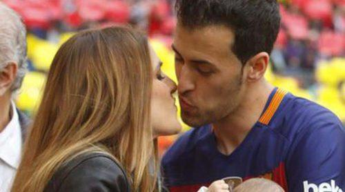 Sergio Busquets enseña a su hijo de dos meses Enzo el Camp Nou