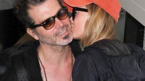 Renée Zellweger se pone muy cariñosa con su chico Doyle en el aeropuerto de Los Ángeles