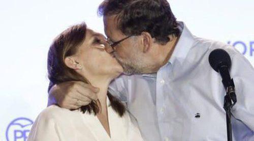 El beso de Mariano Rajoy a su mujer Viri 'a lo Iker y Sara' para celebrar la victoria del 26J