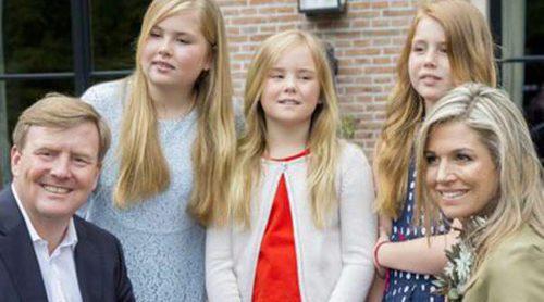 Los Reyes Guillermo y Máxima de Holanda posan en los jardines de su casa con sus hijas tras su accidentada semana