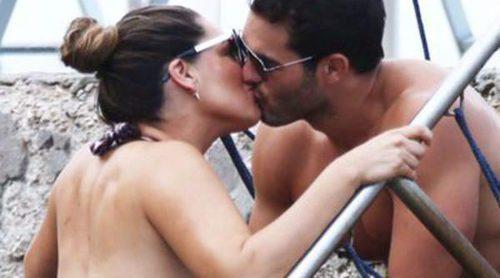 Se comen a besos: Kelly Brook y Jeremy Parisi se dan un apasionado baño en aguas italianas