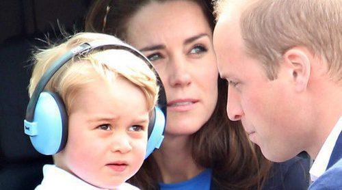 El Príncipe Jorge de Cambridge muestra sus excelentes modales en una visita a una cafetería