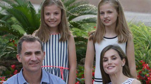 Los Reyes Felipe VI y Letizia protagonizan el posado de verano con sus hijas en el Palacio de Marivent