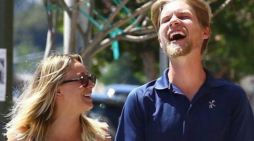 Kaley Cuoco y su novio Karl Cook pasean su amor de la mano por Los Angeles