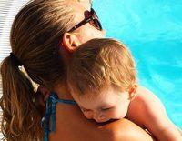 Madre módelica: Yoli ('GH 15') disfruta de un chapuzón con su hija Valeria en la piscina