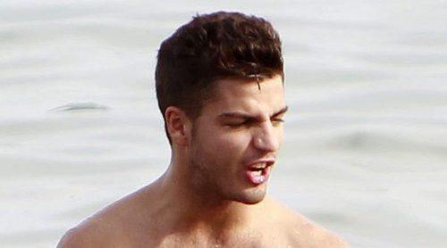 Maxi Iglesias y su espectacular cuerpazo desnudo en sus vacaciones en la playa