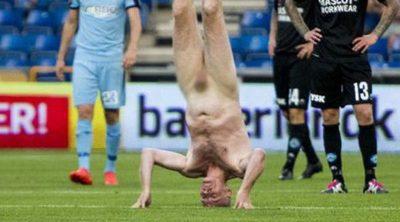 Escándalo en un partido de fútbol de Dinamarca: El exjugador Lars Elstrup salta al campo desnudo