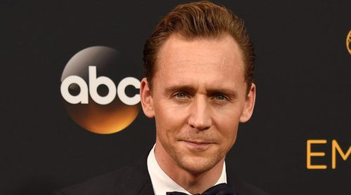 Tom Hiddleston reaparece en la gala de los Emmys 2016 tras su ruptura con Taylor Swift
