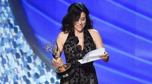 Julia Louis-Dreyfus, muy emocionada recogiendo su Emmy  2016 al recordar a su padre recientemente fallecido