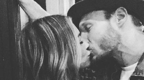 Hilary Duff publica una romántica imagen besándose con Jason Walsh