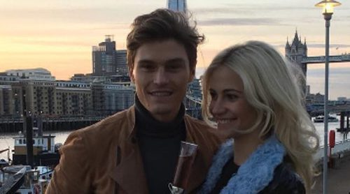 Pixie Lott y Oliver Cheshire anuncian su compromiso de boda tras 6 años juntos