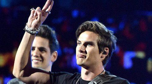 El terrible error del vocalista de Dvicio al pedir que Juan Gabriel pase a recoger un Grammy Latino