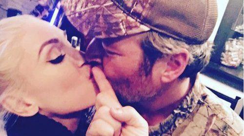 Gwen Stefani y Blake Shelton se dan un tierno beso en la celebración de Acción de Gracias