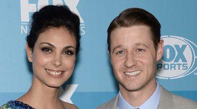 Morena Baccarin y Benjamin McKenzie se comprometen tras un año de relación