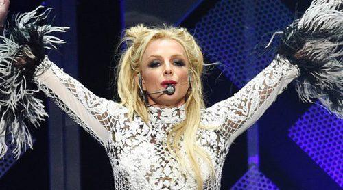 Britney Spears sopla las velas por su 35 cumpleaños en el escenario del Jingle Ball 2016 de Los Angeles