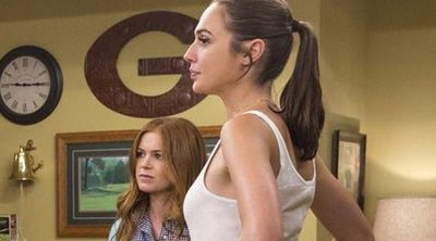 Isla Fisher, Gal Gadot y su lío de lencería en esta escena exclusiva de 'Las apariencias engañan'