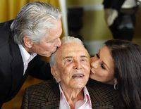 La gran fiesta con la que Kirk Douglas celebró sus 100 años junto a Michael Douglas y Catherine Zeta-Jones