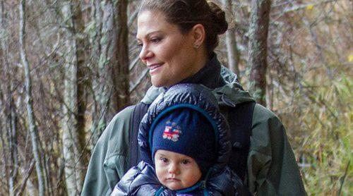Victoria y Daniel de Suecia felicitan la Navidad 2016 de excursión con sus hijos Estela y Oscar