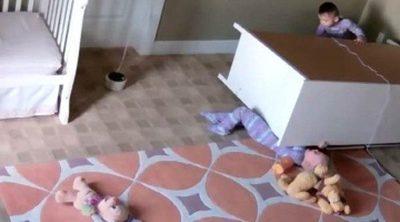 Un niño salva a su hermano gemelo de morir aplastado después de caer un armario