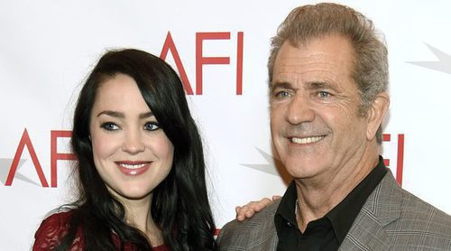 Mel Gibson asiste con su embarazadísima novia Rosalind Ross a los AFI Awards 2017