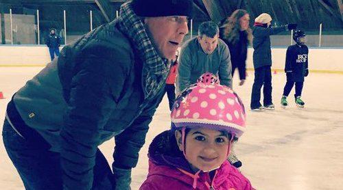 Bruce Willis disfruta con su hija Mabel en una pista de patinaje sobre hielo