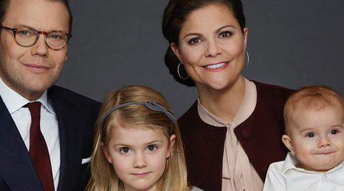 Retratos de familia: del posado de Victoria y Daniel de Suecia con sus hijos a los juegos de Estela y Oscar