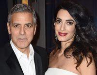 Amal Alamuddin pasea su embarazo por los Premios César 2017 en París acompañando a George Clooney