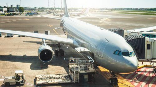 Prohíben a dos jóvenes embarcar en un vuelo en Denver por llevar leggins