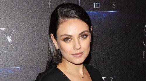 Mila Kunis vuelve a la alfombra roja tras dar a luz a su segundo hijo junto a Ashton Kutcher