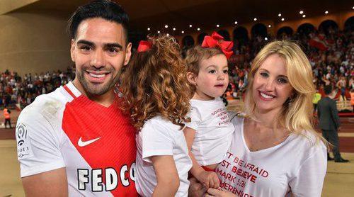 Radamel Falcao celebra con su mujer y sus hijas el título de la liga francesa