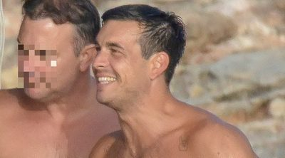 Mario Casas luce cuerpazo en bañador y se divierte con sus amigos de vacaciones en Ibiza
