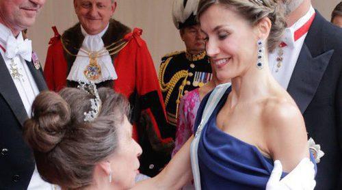 Claveles, recuerdos familiares y reverencias: la gran cena de los Reyes Felipe y Letizia con la Princesa Ana
