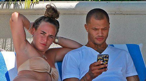 Jeremy Meeks y su nueva novia Chloe Green, muy enamorados en una piscina de Los Ángeles