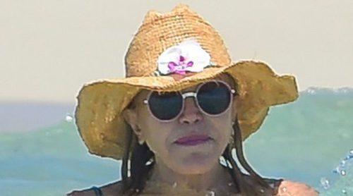 Tita Cervera, una sirena en las playas de Ibiza junto a sus hijas Carmen y Sabina