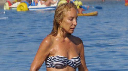 Carmen Lomana disfruta de unos días de vacaciones en las playas de Marbella
