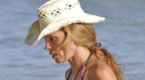 Esther Cañadas luce tipazo y ejerce como madraza en sus vacaciones en Ibiza