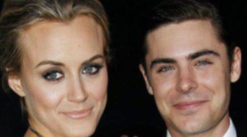 Ashley Tisdale arropa a Zac Efron y Taylor Schilling en el estreno de 'The Lucky One' en Los Ángeles