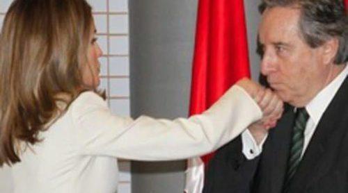 Iñaki Gabilondo besa la mano de la Princesa Letizia después de plantear la abdicación del Rey