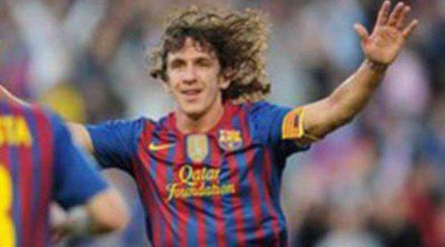 Carles Puyol celebra un gol con un gesto de embarazada