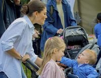 Victoria y Daniel de Suecia disfrutan del Día del Deporte con sus hijos Estela y Oscar