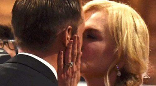 Nicole Kidman felicita a Alexander Skarsgård tras ganar un Emmy 2017 con un tierno beso en la boca