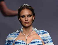 Helen Lindes vuelve a las pasarelas en Madrid Fashion Week 8 meses después de estrenarse como madre